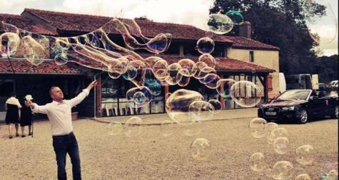 Greg, bulleur, bois foucault, mariage sous les bulles, bulles géantes, mariage bulles, theme mariage bulles, bubbles, bubbleshow, bulles savon, bulleur mariage
